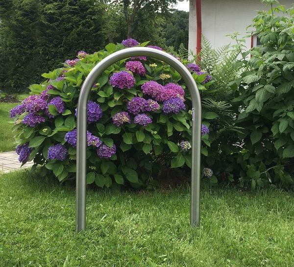 Der Edelstahl Fahrradanlehnbügel Isar 1 sieht auch in Gärten oder Parks gut aus.